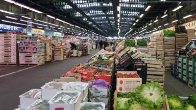Un des pavillons du secteur des fruits et légumes du marché international de Rungis. - Photo: Myrabella / Wikimedia Commons