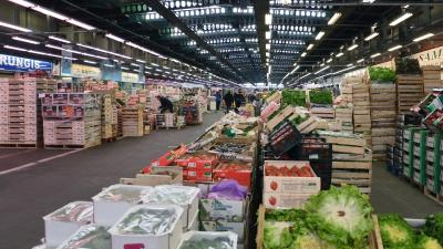 Un des pavillons du secteur des fruits et légumes du marché international de Rungis. - Photo: Myrabella / Wikimedia Commons
